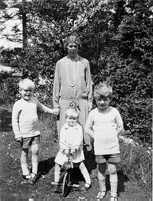 Mabel Holdsworth with boys, ca 1925