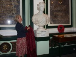 Dr Ingrid Roscoe unveiling Queen Victoria in Halifax Town Hall, 6 Sept 2008